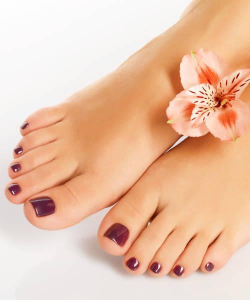 primer-plano-de-pies-femeninos-hecha-pedicura-spa-en-xativa-concepto-belleza-pies-en-centro-estetico-pylus