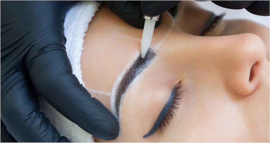 mujer-haciendose-cejas-permanentes-microblading-en-xativa-centro-estetico-pylus