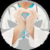doctor-de-centro-medico-pylus-de-xativa-haciendo-forma-de-corazon-con-sus-manos