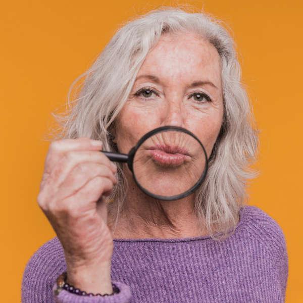 mujer-muestra-codigo-de-barras-de-sus-labios-conecpto-medicina-estetica-centro-pylus