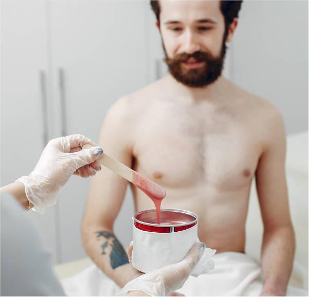 hombre-esperando-depilación-a-cera-en-centro-estético-pylus-en-xativa