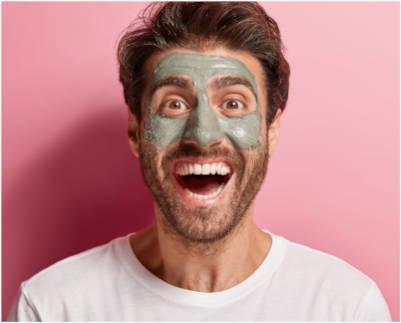retrato-de-hombre-alegre-haciendo-su-rutina-de-belleza-con-mascarilla-oxigenante-hidratante-en-xativa-centro-pylus