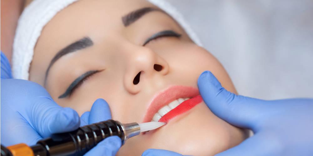 mujer-haciendose-tratamiento-labios-permanentes-con-micropigmentacion-en-centro-pylus-xativa