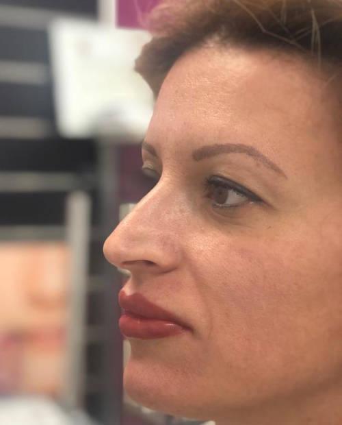 hermoso-rostro-de-mujer-con-labios-permanentes-rojos-tras-micropigmentacion-en-xativa-en-centro-estetico-pylus
