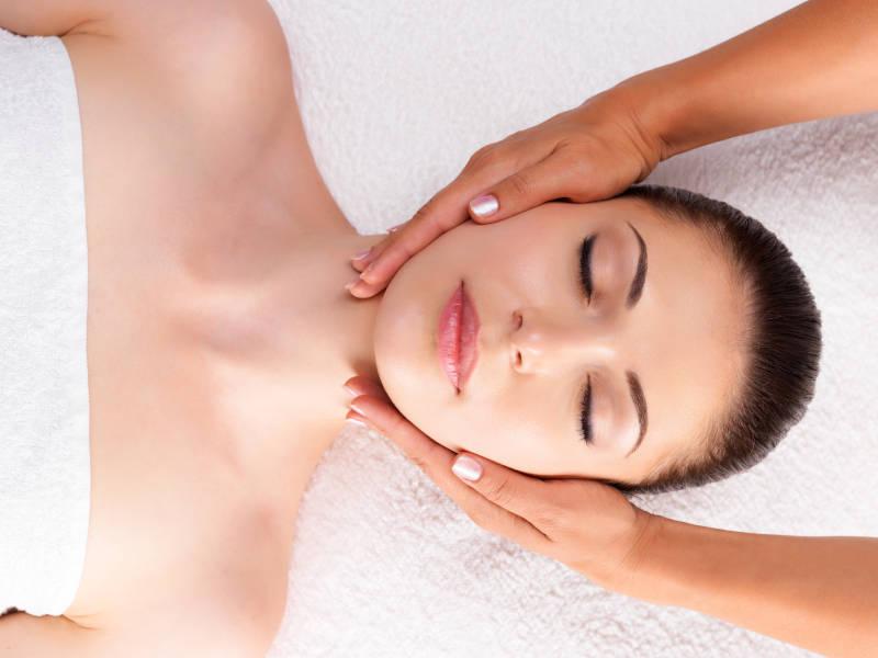 masajista-de-centro-pylus-xativa-dando-masaje-a-mujer-disfrutando-y-relajada