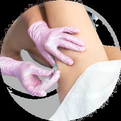 Enfermera-inyecta-en-la-pierna-de-mujer-mesoterapia-médico-estética-en-xativa-en-centro-estético-pylus