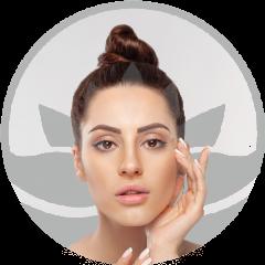 Mujer-muestra-su-rostro-cuidado-y-piel-tratada-con-dermapen-en-xativa-centro-estético-pylus
