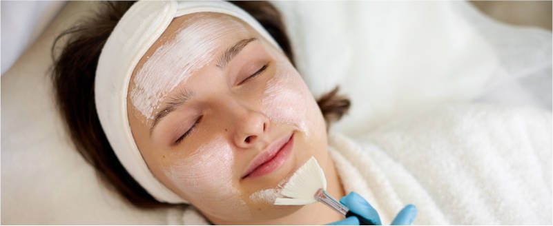esteticista-centro-pylus-xativa-aplica-mascarilla-facial-peeling-quimico-a-hermosa-mujer-disfrutando-tratamiento-de-belleza-cuidado de la piel