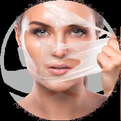 mujer-se-quita-mascara-de-peeling-en-xativa-centro-pylus-concepto-de-medicina-estetica