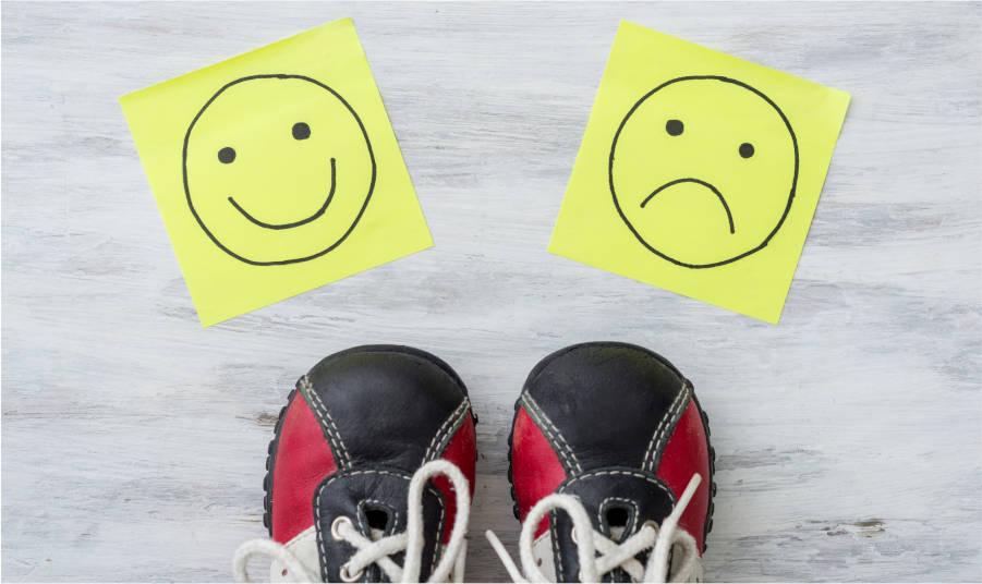 zapatillas-y-emoticonos-feliz-infeliz-concepto-psicologia-en-pylus