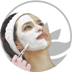 hermosa-mujer-con-piel-cuidada-y-tratada-con-tratamientos-esteticos-faciales-en-xativa-centro-pylus